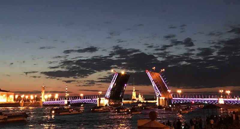 Augenblicke in St. Petersburg: Die Newa bei Nacht… Foto 18